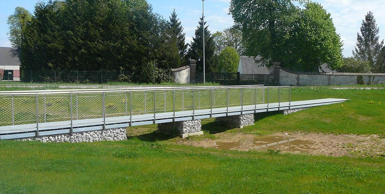 Pont et aménagement de berge avec des gabions