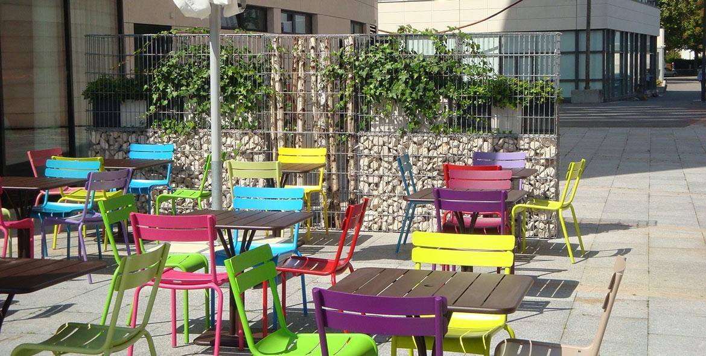 Terrasse de café avec des gabions végétalisés