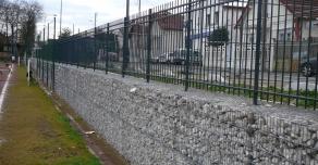 Clôture intégrée dans les gabions