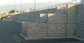 Parking et soutènement de mur en gabions