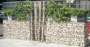 Séparation avec une clôture en gabions décoratifs